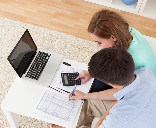 01-young-couple-calculating-budget